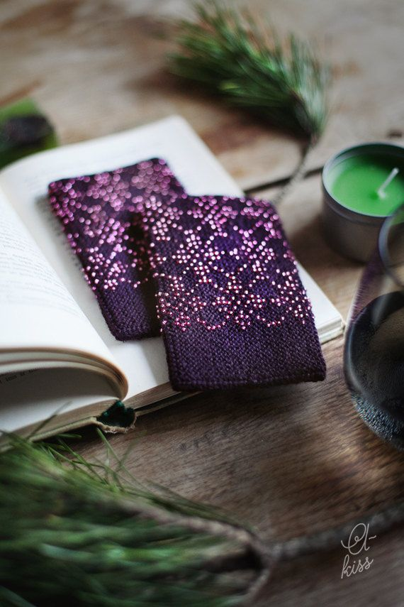Very cosy and warm high quality dark purple (close to black) beaded wrist warmers. This unique accessorie is hand knitted in dark purple/plum wool