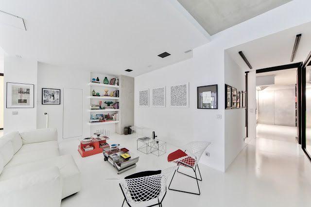 Wnętrza w stylu loft charakteryzuje minimalizm i surowy, industrialny wystrój. Swoją architekturą nawiązują do fabrycznych budynków i poprzemysłowych hal. Tym, co wyróżnia loft, jest jednak przede wszystkim przestrzeń – nie ma tu bowiem miejsca na zbędne meble i dodatki. Czy zaaranżować go można tylko wtedy, gdy dysponuje się wielkopowierzchniowym apartamentem? Niekoniecznie! Oto kilka praktycznych wskazówek, dzięki którym urządzisz przestronny loft w swoim mieszkaniu.