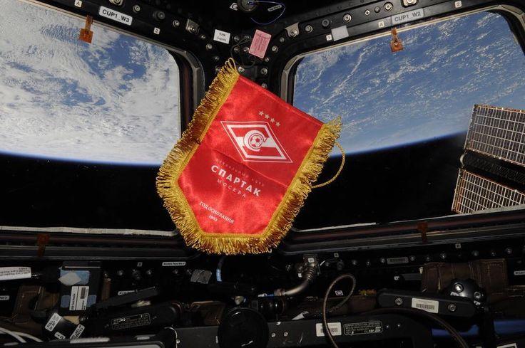 Даже в космосе празднуют чемпионство «Спартака».   Фото из инстаграма космонавта Сергей Рязанского.