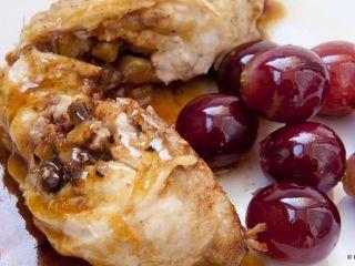 Muslos de pollo rellenos de ciruelas, jamón y uvas