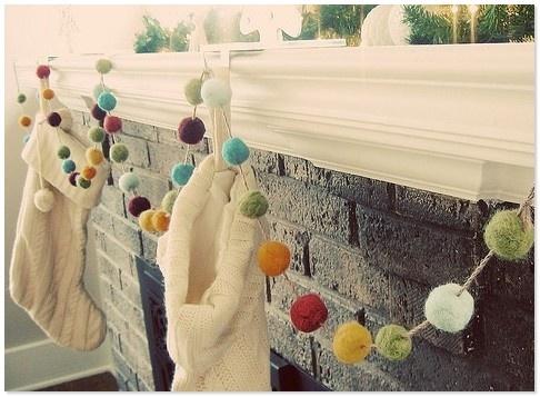 Новогодние украшения из помпонов  http://styldoma.ru/sdelaj-sam/novogodnie-ukrasheniya-iz-pomponov