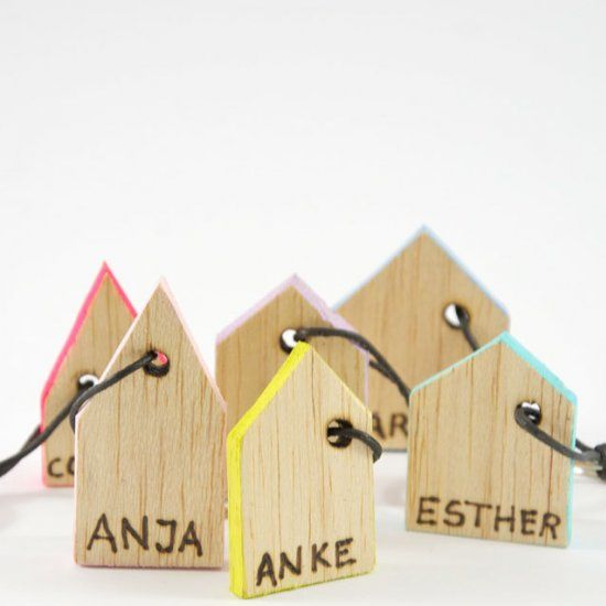 I love balsawood! Make these cute, tiny houses as gift-tags or keychains! A nice little gift for christmas, too! (in German)