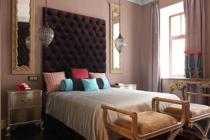 Спальня дочери. Изголовье кровати обито темно-лиловым бархатом, Voghi; подушки, Designers Guild; тумбочки, Julian Chichester.