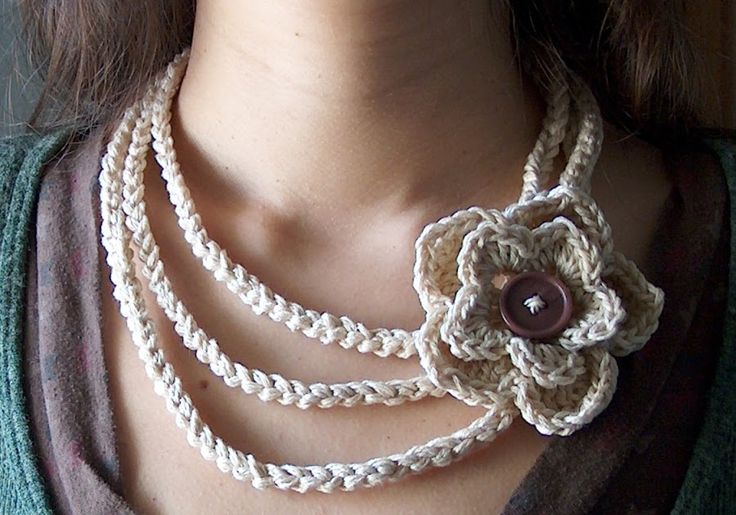 Another necklace, in a cream white cotton yarn, embellished by a flower brooch. This is so versatile.. It's long and opened at the ends, so ...