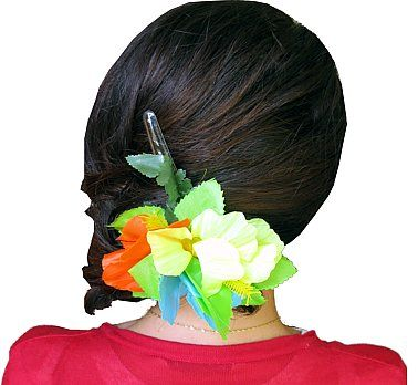 Przypinka - kwiat hawajski.  Przypinki do włosów są świetnym pomysłem. Wcale nie musisz korzystać z usług fryzjera, aby stworzyć niepowtarzalną fryzurę. Rozpuść włosy, lub delikatnie je upnij, dodaj przypinkę w hawajskim stylu i gotowe- wyglądasz niesamowicie! :)