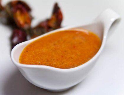 Соус из чернослива Для приготовления соуса 100 г чернослива залейте кипяченой водой и кипятите 10-15 минут. Добавьте одну ложку дижонской горчицы, пару зубчиков чеснока и немного перца чили. Взбейте блендером и прокипятите.