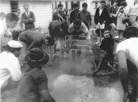 Cooking on a hangi - Ministry for Culture and Heritage (http://www.nzhistory.net.nz/media/photo/the-hangi)