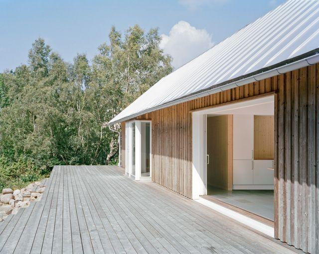 Ett underhållsfritt sommarhus med en obehandlad fasad ritat av arkitekten Mikael Bergquist i norra Bohuslän. Det ägs av en Engelsk familj.