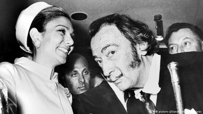 """L'impératrice d' Iran Farah Diba et Salvador Dali à l'inauguration de la """"maison d'Iran"""" au 73 avenue des Champs-Elysées (auj.fermée) en avril 1969."""