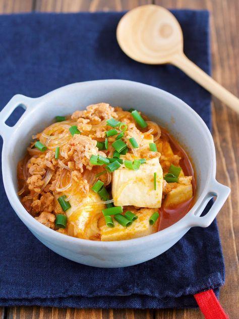 鍋に入れて煮るだけ5分♪『豆腐と春雨のチゲ風そぼろ煮』 by Yuu / 豆腐とはるさめを使ったお財布に優しいポカポカレシピ。お鍋に材料を入れたらあとは煮るだけなのでとっても簡単♪はるさめも煮ながら戻すので味がしみしみに♡また、煮汁には焼肉のタレを使うことで手軽にチゲ風の味付けを再現!旨味がたっぷりなので男子も大満足の一品です( ´艸`) ★フォローやクリップ、そしてメダル送付ありがとうございます♪ / Nadia