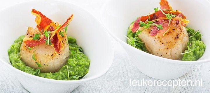Chique maar makkelijke amuse van coquille op een puree van doperwten en avocado met krokante pancetta