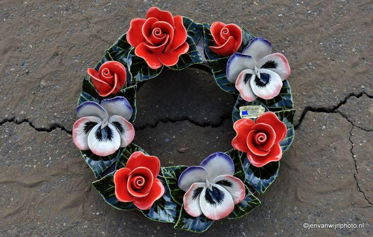 grafdecoratie van keramiek krans Foto by Jen van Wijngaarden