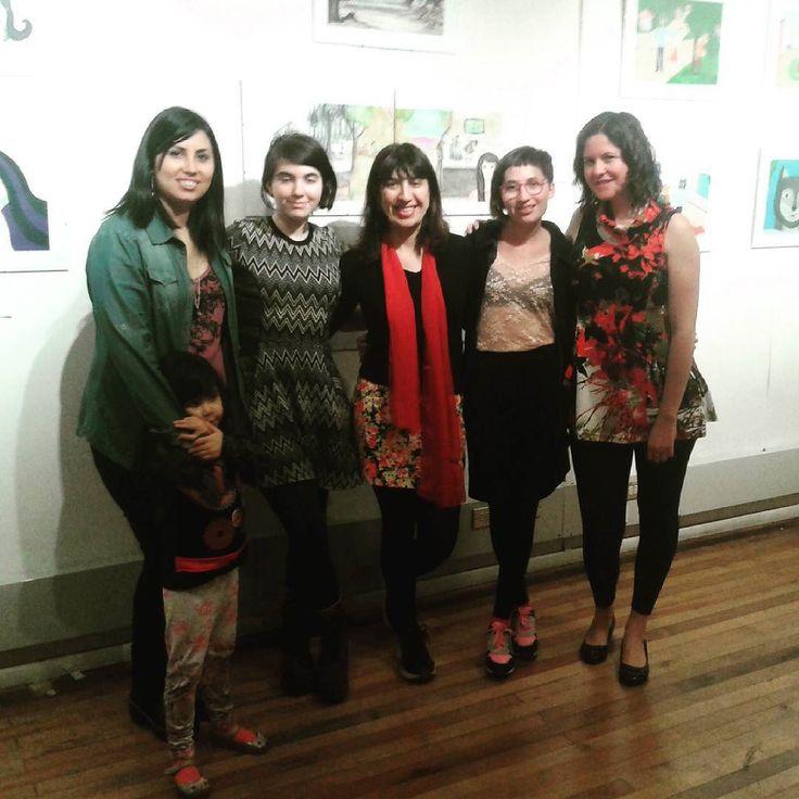 Las lindas chicas del taller. En su exposición de ilustraciones y la profe. Muy buen trabajo!!! #feliz #tallerIlustracion
