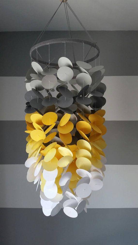 Mobile en papier gris, jaune et blanc. Chambre de garçon. Chambre de bébé. Décoration pour chambre d'enfant. Mobile décoratif en papier