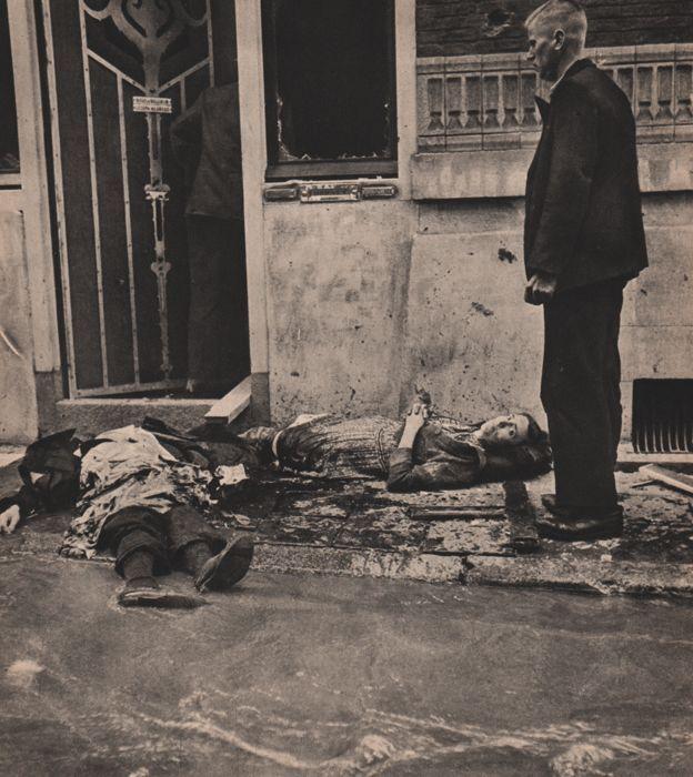 """Cas Oorthuys (1908-1975) - de nasleep  Goede voorwaarde Heliogravure afgedrukt in Frankrijk 1947 - Image size (22 X 25 cm) - (duim 9 """"X 10"""")Cas Oorthuys begon zijn carrière als een persfotograaf voor de sociaal-democratische per Wij (We) in 1936.Na de Duitse inval probeerde hij te overleven door het fotograferen portret voor gesmede identiteitskaarten. In mei 1944 werd hij gearresteerd maar werd vrijgelaten na een paar maanden. Hij ging ondergronds en sloot zich aan bij de De Ondergedoken…"""