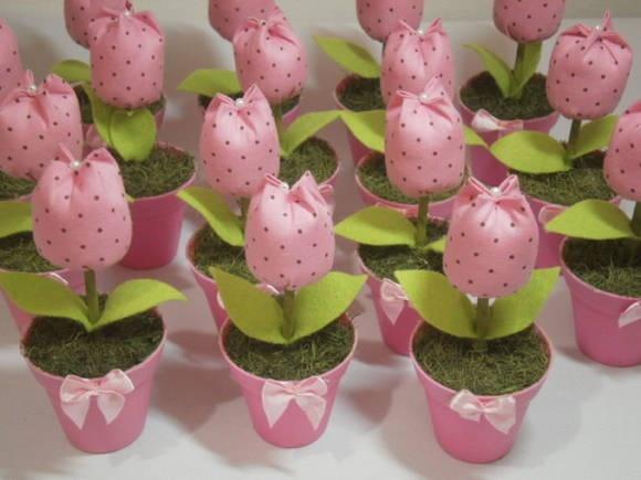 Mini vaso com delicada tulipa , ideal para lembrancinhas de 15 anos, chá de bebê, bodas de casamento e aniversário. Quantidade mínima 15 unidades. R$ 3,90