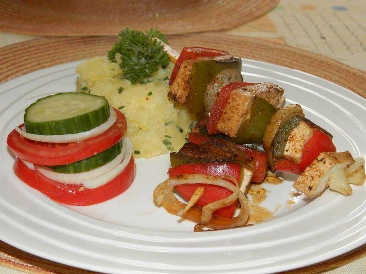 Kytičkový den - Šťouchané brambory a špízy s tofu sýrem. Brambory uvaříme a rozšťoucháme a přidáme nasekanou pařitku nebo petrželku. 3pízy-zelená a červená paprika,cibule a uzený tofu sýr. Posypeme grilovacím kořením a trochu pokapeme olivovým olejem.