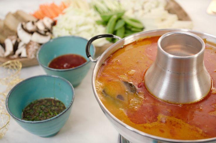 Speciaal voor Valentijn maakt Jeroen een pittige Thaise soep waarin je de groenten gaart terwijl je aan tafel zit. Perfect dus voor een romantische tête à tête. Het soepje vraagt relatief weinig tijd om klaar te maken zodat je extra veel tijd over hebt voor je geliefde.