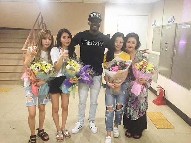 오늘 마마무 공연 재미있게 봤어요!! 마마무 짱 짱!!! Great concert today by Mamamoo. They nailed it.  #마마무#mamamoo#fan#slay#liberate ~~ (from Sam Okyere's instagram. Sam is a tv personality / actor currently based in South Korea.)
