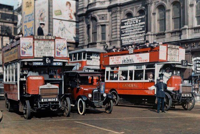 1928年のイングランド > ロンドン・トラファルガー広場前の交差点でバスに指示を出している警察官。