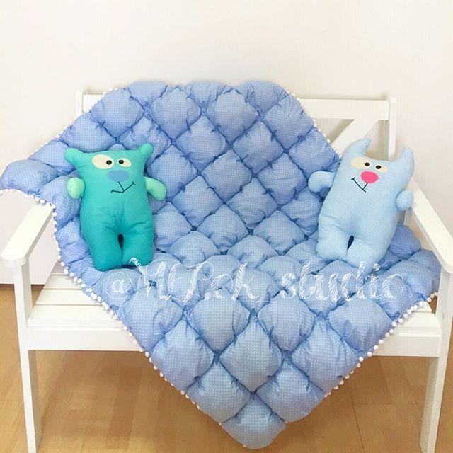 Мальчишеский синий горошек и два ухмыляющихся котика котики такие котики #бомбон #бомбоны #бомбонодеяло #бомбонодеялко #одеялобомбон #одеялоназаказ #одеялобомбонами #одеялонакровать #детская #детскоеодеяло #детскаякомната #детскаякроватка #будумамой #blanket #baby #bedroom