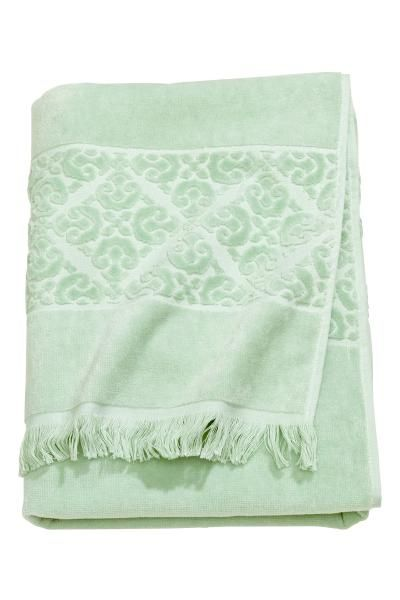 Bath towel: Bath towel in cotton terry with a jacquard-weave pattern, fringes on the short sides and a hanger on one long side.