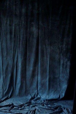 Als je Roomed een beetje volgt, is het je vast wel opgevallen dat wij nogal into fluwelen stoffen zijn. Wat ons betreft is fluweel ideaal voor dit seizoen en vooral blauw velours. De kleur blauw komt dit najaar namelijk in veel variaties terug in het interieur: van diepe tinten, zoals teal en navy blauw tot …