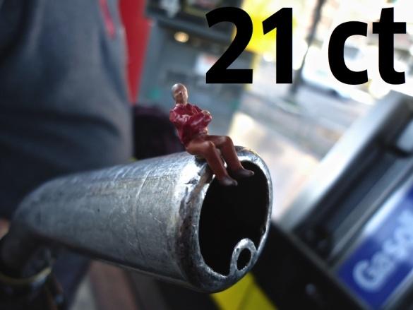 Un litro di benzina costa in media 21 cent in più in Italia che in Germania. Un litro di diesel costa in media 30 cent in più alle pompe di benzina in Italia rispetto a quelle in Germania.