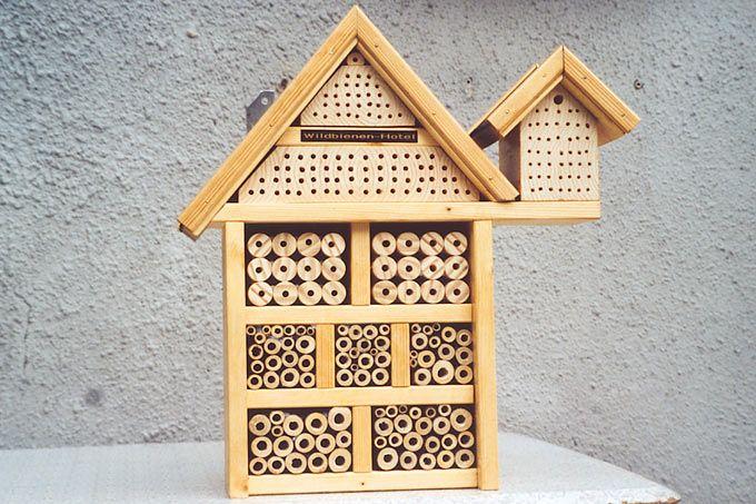 Insektenquartiere und Nisthölzer lassen sich problemlos selbst herstellen. Die erste vorgeschlagene Ausführung ist eine Zierde auf jedem Balkon oder an einer Wand in Terrassennähe. Sie ist bestückt mit Holunderabschnitten, Besenstiel-Rundhölzern sowie zugeschnittenen Holzklötzen.