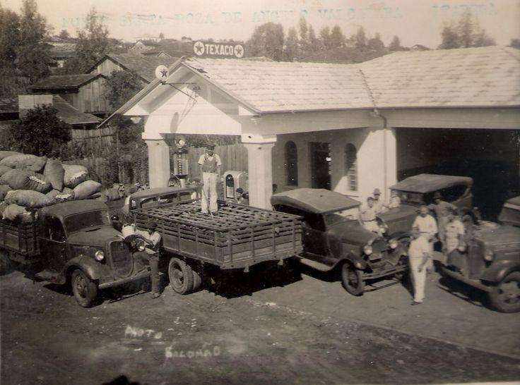 Posto de Gasolina Santa Rosa, de Ângelo Valcazara, em Itaberá (SP) - Caminhão carregado com algodão - Caminhão carregado com porcos