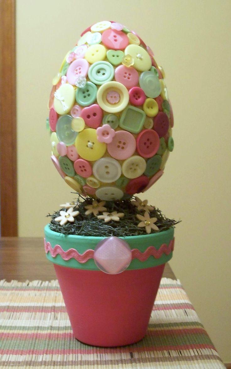 Os botões cobrem o ovo, que virou enfeite de mesa