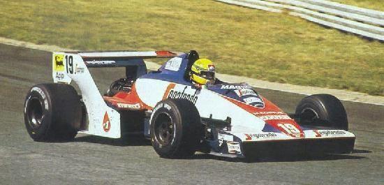 "Ayrton estréiou no Grande Prémio em Kyalami, na feia Toleman - ""Debut Grand Prix at Kyalami, in the unsightly Toleman."" -Fonte: The last 96 hours of Ayrton Senna. http://8w.forix.com/senna1994.html -  http://ayrtonsennavive.blogspot.com.br/2011/11/porque-familia-senna-nao-gostavam-de.html"