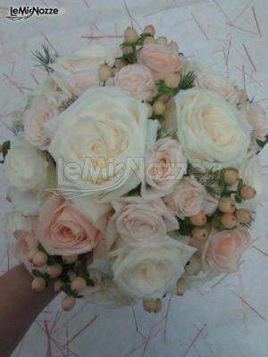 http://www.lemienozze.it/gallerie/foto-bouquet-sposa/img43037.html Bouquet romantico con rose bianche, rosa e piccoli boccioli in fiore.