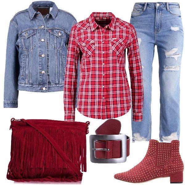 Outfit in stile western formato da un jeans baggy con strappi, una camicia a scacchi in cotone rossa e una giacca in jeans. Il look viene completato con un paio di stivaletti rosso Borgogna con piccole borchiette, una borsa a tracolla con frange e da una cintura in pelle.