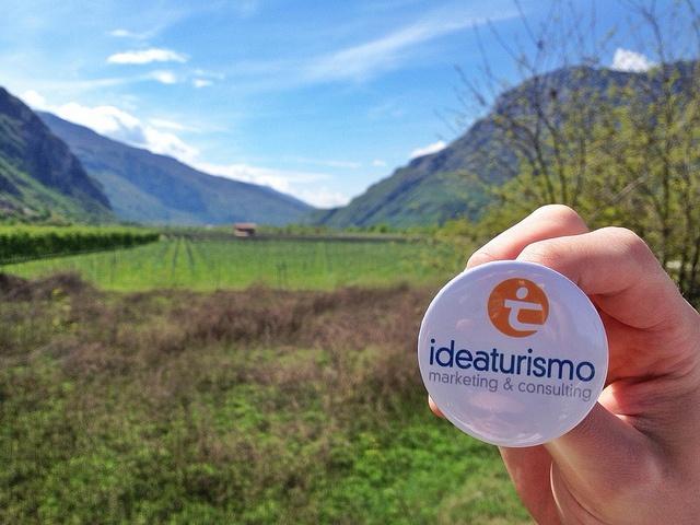 """IdeaTurismo@camporella (tra i vigneti della Valle dell'Adige)   IdeaTurismo con Elisa Sester e Daniele De Cunsolo (camporella) tra i vigneti della Valle dell'Adige.    CONTEST TRAVEL MARKETING: Viaggia e impara, porta con te IdeaTurismo (richiedi il nostro pin) e sbizzarisciti nelle foto. Il vincitore avrà una giornata di consulenza gratuita presso IdeaTurismo. La nostra """"dea bendata"""" vi comunicherà il risultato.    Maggiori info su: bit.ly/JpJr8U    #ConflictofPinterest"""
