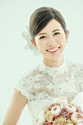 髪は顔のフレームラインでスッキリと♪ ウェディングドレス・カラードレスに合う〜夜会巻きの花嫁衣装の髪型一覧〜