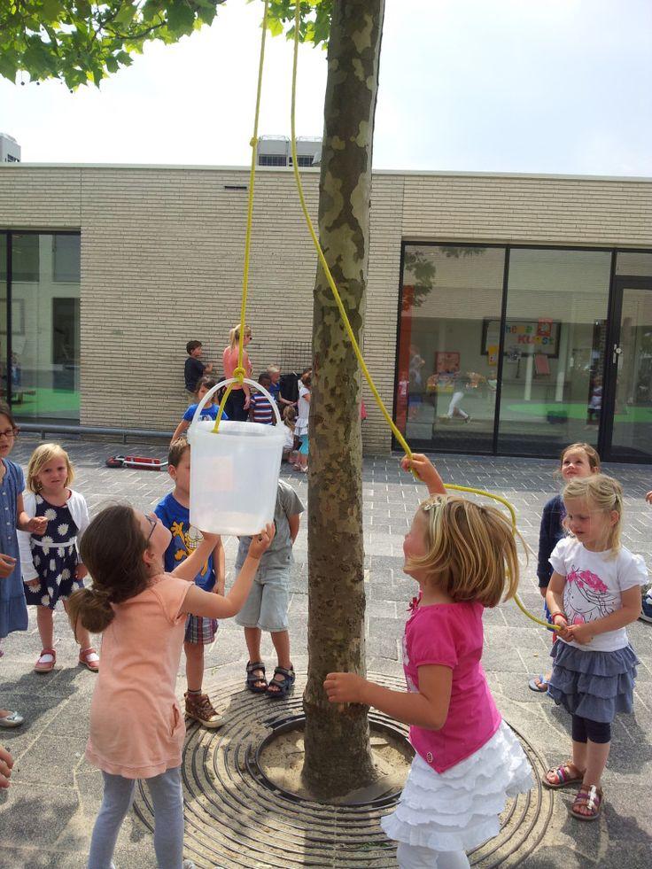 Hijsen. Kennismaken met gewicht en kracht mbv een emmer en een touw. Gooi het touw over een boomtak of speeltoestel en laat de kinderen de emmer omhoog hijsen. Ze mogen ook allerlei dingen bedenken die ze in de emmer willen doen. Maakt het voor het hijsen uit wat erin zit? Voel je verschil?