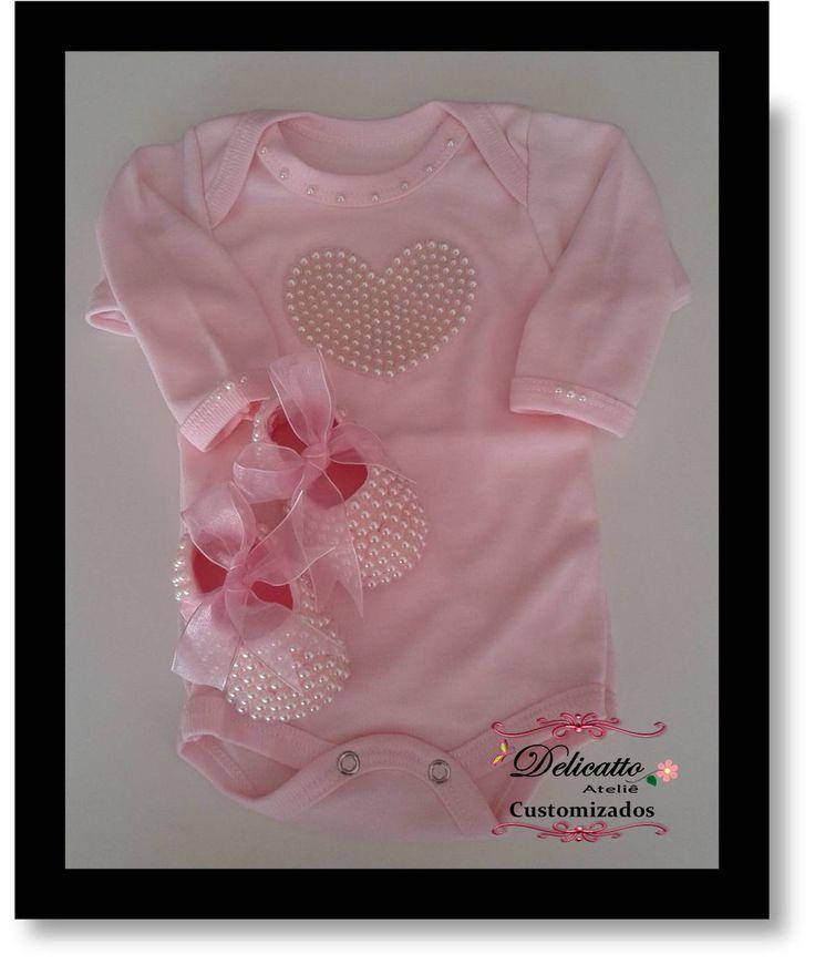 Body bordado em pérolas, com sapatinho. Tamanhos do RN ao G. Sapatinho numeração do 14 ao 16. Kit nas cores branca e rosa.
