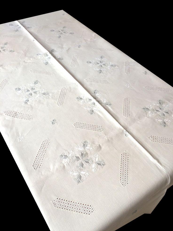 """Mantel de Lagartera Bordado A MANO DE HILO. Tiene escudos bordados en gris y blanco sobre tela de hilo y barras en los lados bordadas con la técnica del clásico """"deshilado"""" o filtiré y punteado, muy elegante. Este mantel se llama """"CHORCHAS"""". Estos manteles tan tradicionales quedan fenomenal con una vajilla moderna y completan la mesa de forma espectacular. Ideal para grandes ocasiones, son una auténtica obra de arte. Cómpralo en: www.lagarterana.com"""