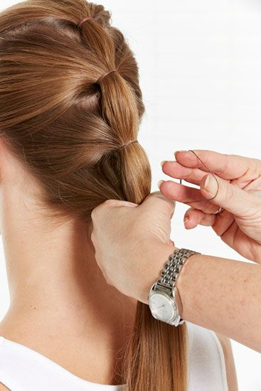 Passo 3 – Continue a puxar os cabelos de cada lado para trás e a fazer pequenos rabos de cavalo.