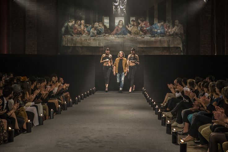 L'art director di Two women in the world, Alessandro Marchesi, interpreta se stesso nel film ed esce al termine della sfilata della Milano Fashion Week ricreata da Paolo Genovese. #set5