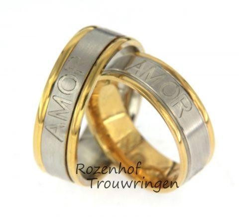 Deze persoonlijke trouwringen zijn uitgevoerd in wit- en geelgoud. De ringen zijn 7 mm breed. De door u bedachte tekst wordt aan de buitenkant van de ring gegraveerd. De dames ring is precies hetzelfde als de herenring. Dit setje trouwringen is leverbaar in 9, 14, 18 karaat goud.
