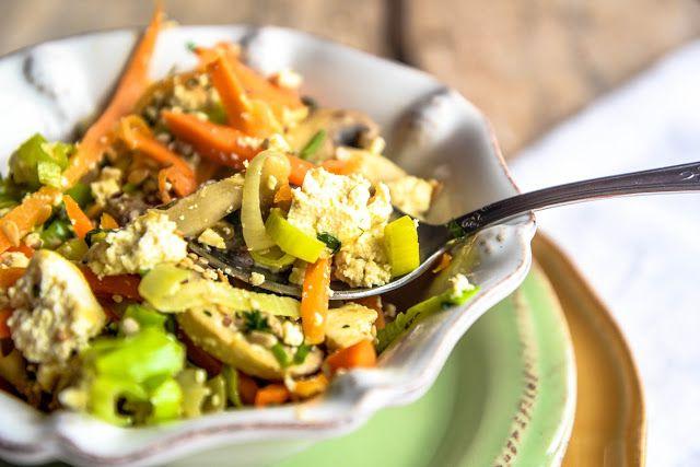 Frango do Campo: Tofu mexido com cogumelos e legumes/ Scrambled Tofu with mushrooms and vegetables
