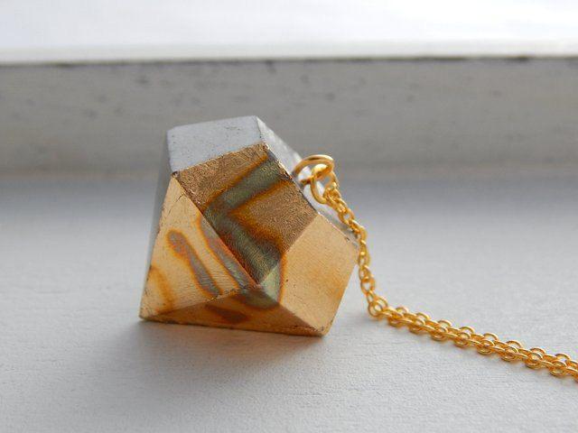 Kette mit Diamant aus Beton mit oxidierten Schlagmetall in Gold mit Muster von Perlenfontaene auf Etsy