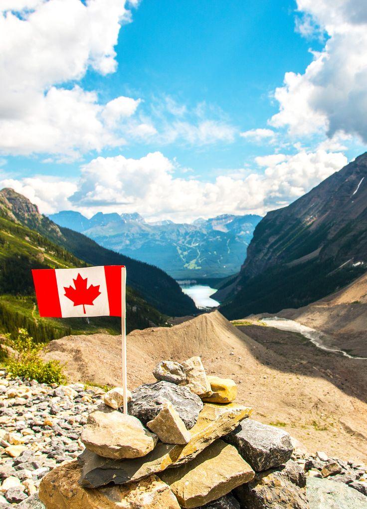 Kanadische Flagge, Plain of Six Glaciers, Lake Louise, Banff National Park, Alberta, Kanada (Foto von SK-Kunde A. Krainski) #canadaflagg #banffnationalpark, #plainofsixglaciers, #alberta, #lakelouise, #view, #canada
