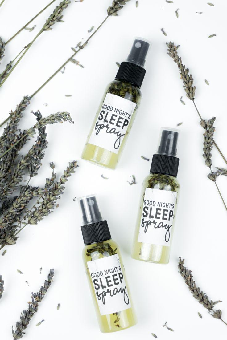 Basteln mit Lavendel: DIY Lavendelspray selber machen / Rezept Tutorial inkl. Video auf dem Blog! Tolle DIY Geschenkidee für einen besseren Schlaf & mehr Ruhe