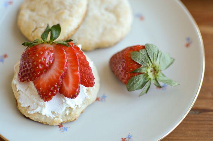 Scones, fromage et fraises