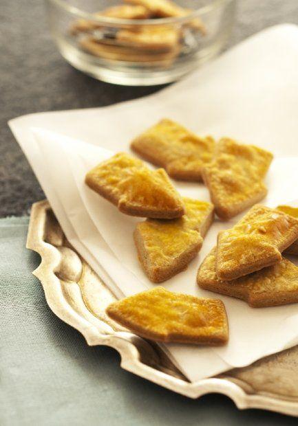 Ciasteczka z gorgonzolą |||| 75 g masła || 75 g sera gorgonzola || 125 g mąki pszennej || 2 żółtka
