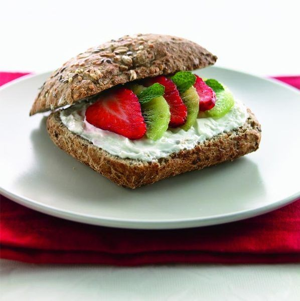 Broodje met plattekaas, kiwi en aardbei