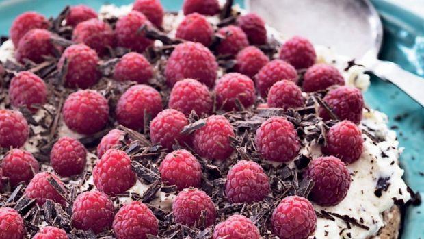 Chokolademandelbund med rabarberskum og bær | Femina